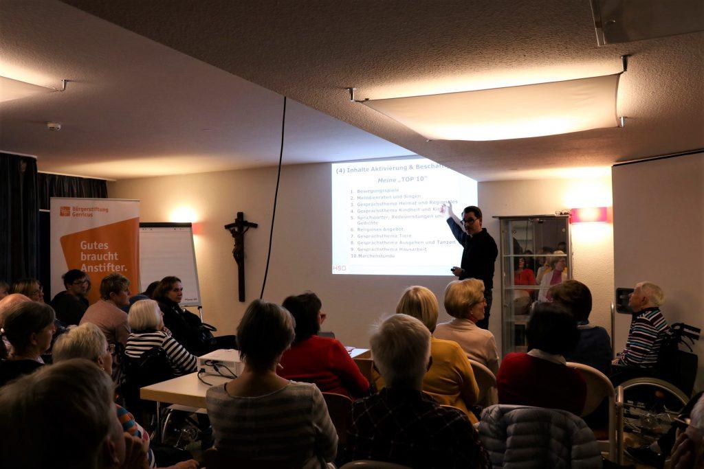 Christian Bleck beim Vortrag über die Begleitung von Menschen mit Demenz am 6.11.19 im Gerricusstift