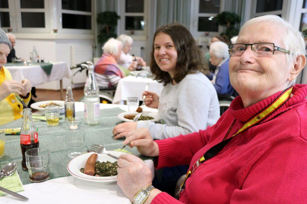 2019_11_28 Grünkohlabend, Luisa-Maria Rau und Hannelore Beck